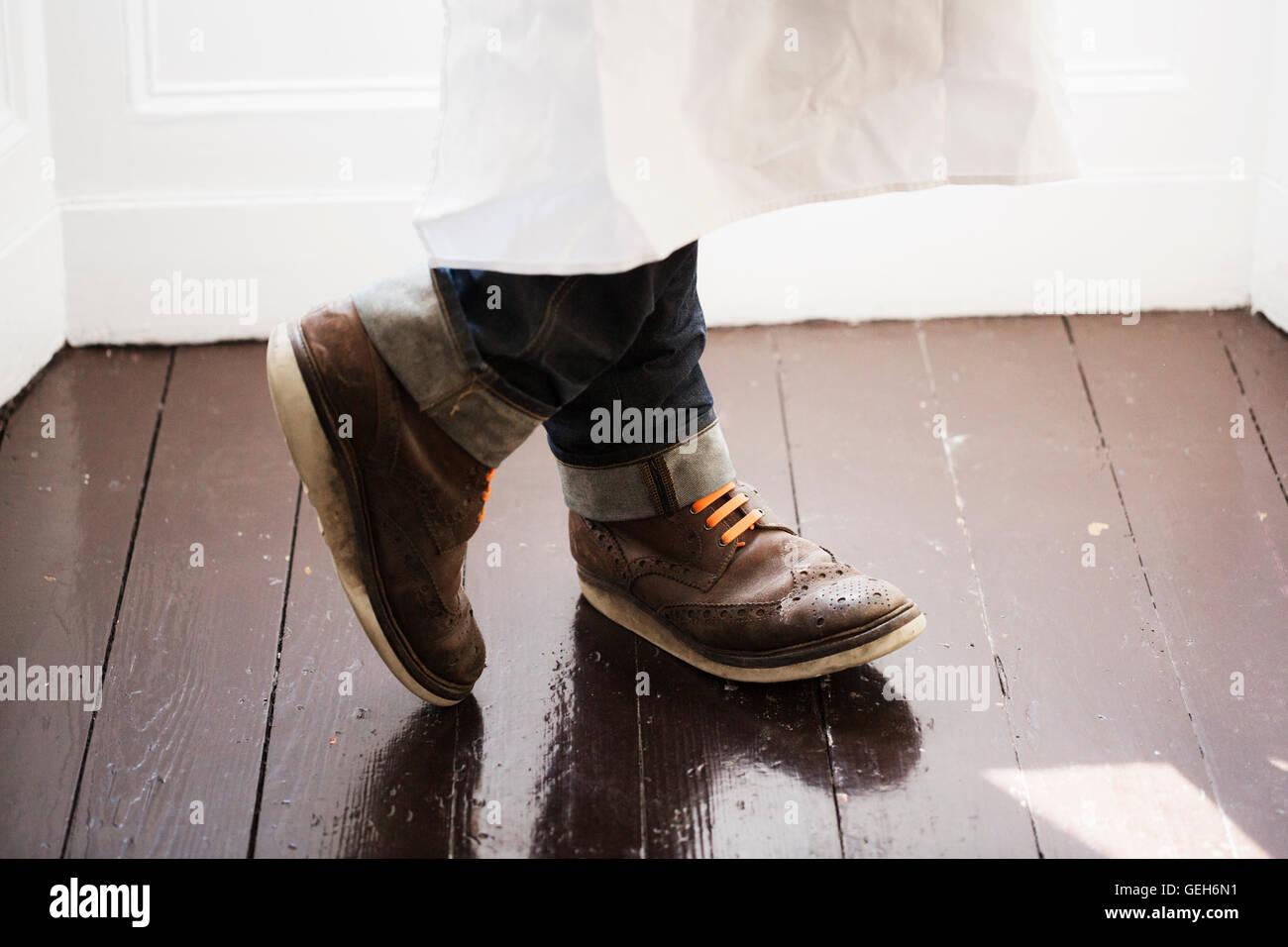 Nahaufnahme eines Mannes Füße, braune Schuhe mit