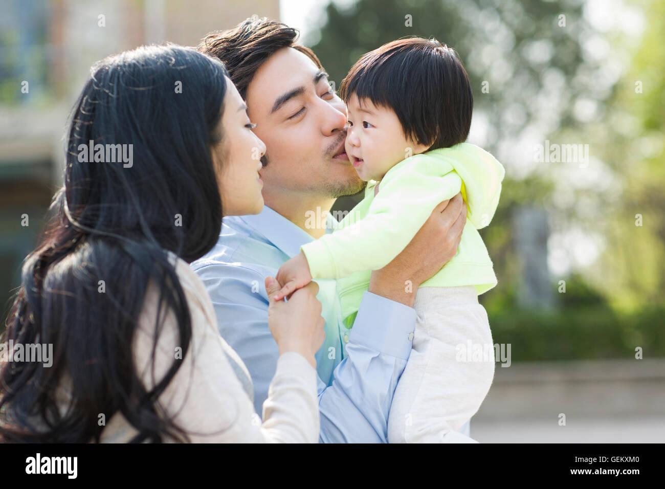 Glückliche junge chinesische Familie Stockfoto