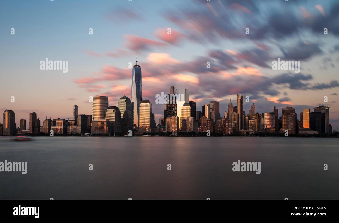 Die Skyline der Innenstadt Manhattan New York City und den Hudson River bei Sonnenuntergang Stockfoto