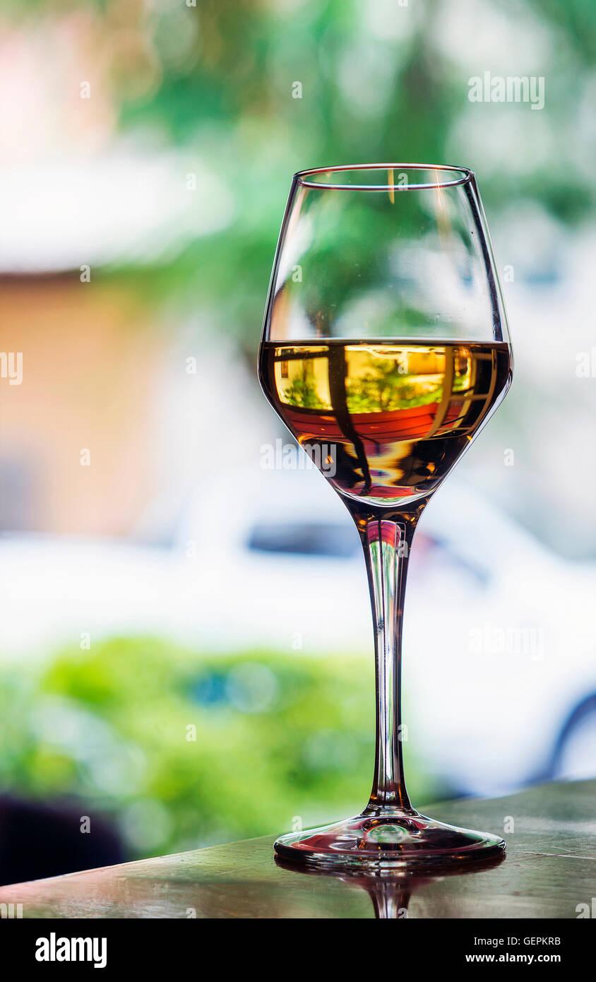Glas der traditionellen spanischen Jerez süßer Sherry Wein im Café im freien Tisch Stockbild