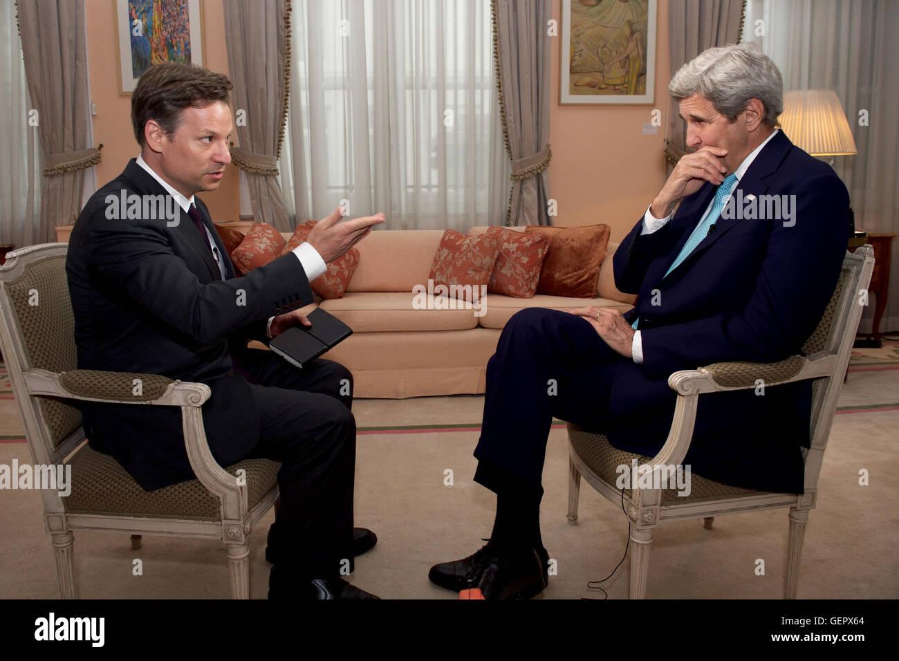 Secretary Kerry spricht mit Richard Engel von NBC News, während Brüssel Besuch abstatten, Beileid im Namen Stockbild