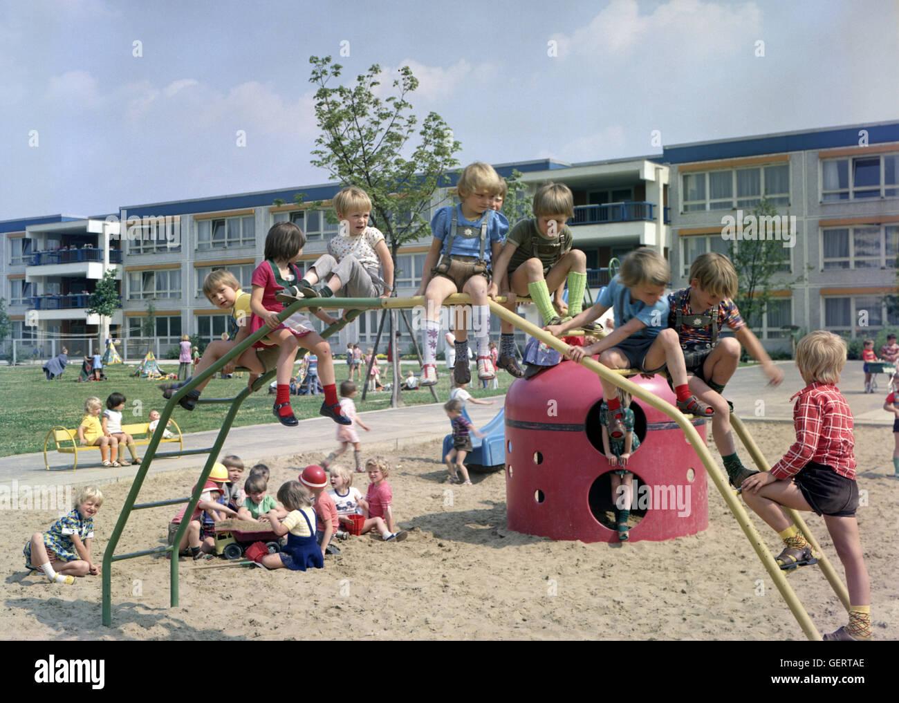 Klettergerüst Ddr : Zeitungskiosk ddr decades east germany cold war