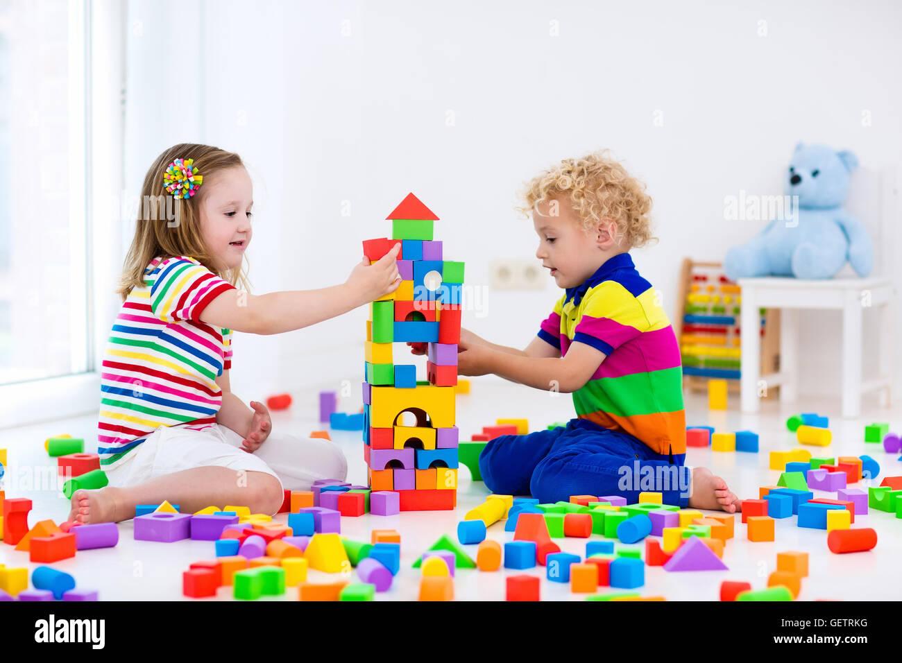 gl cklich im vorschulalter kinder spielen mit bunten kunststoff kl tzchen kreative kindergarten. Black Bedroom Furniture Sets. Home Design Ideas
