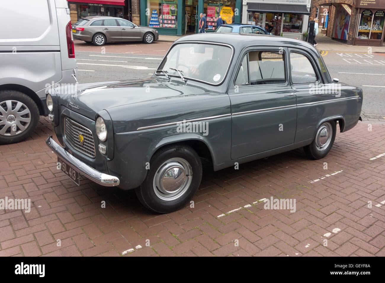 60er Jahre Ford Popular Limousine in Northallerton North Yorkshire Juli 2016 Stockfoto