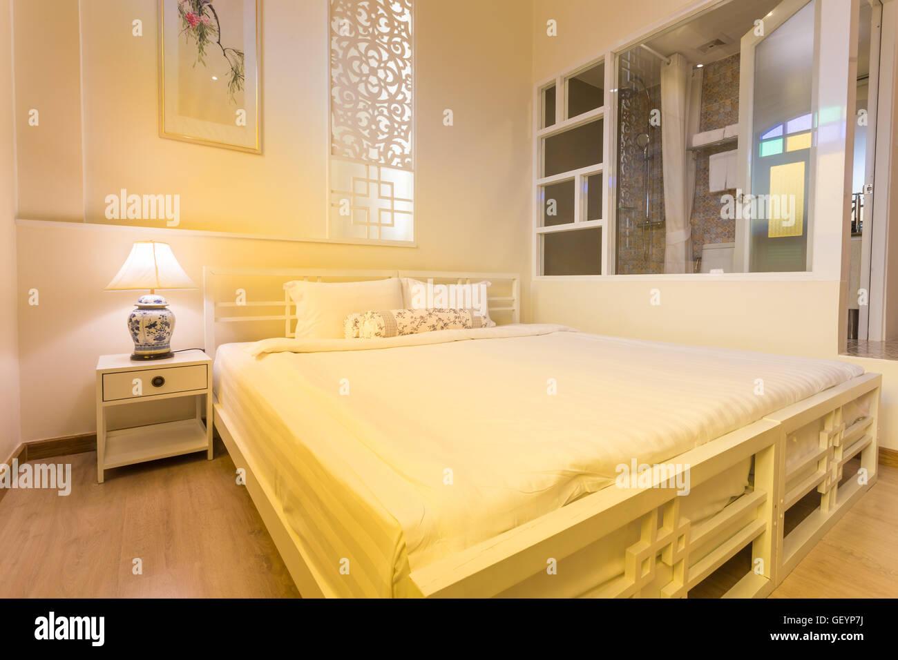 Abstrakte Schlafzimmer In Hellen, Warmen Farben. Großes Bequemes Doppelbett  Im Eleganten Klassischen Schlafzimmer