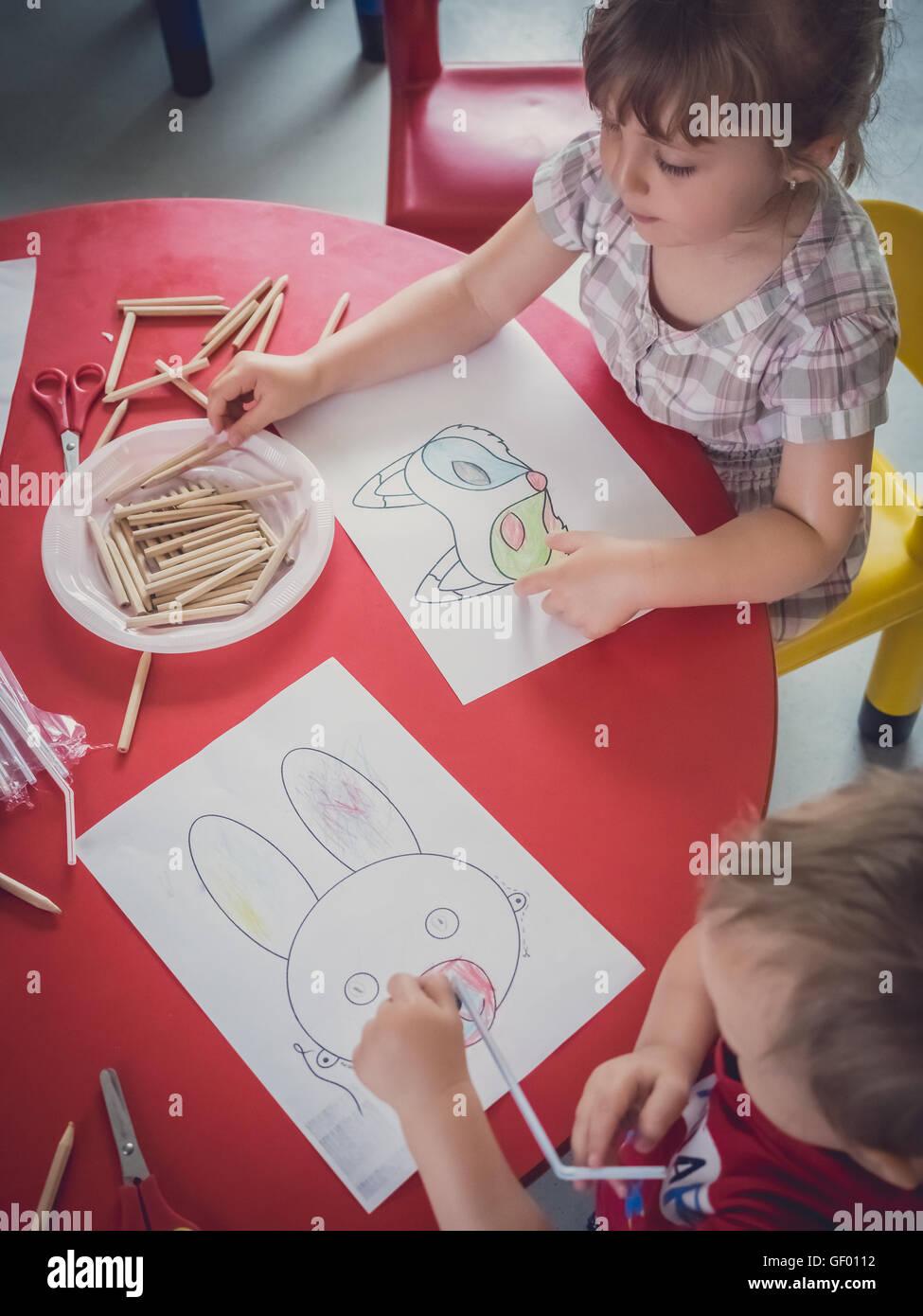 Kleine Kinder Ausmalbilder Kunst Zeit im Kindergarten Stockfoto ...