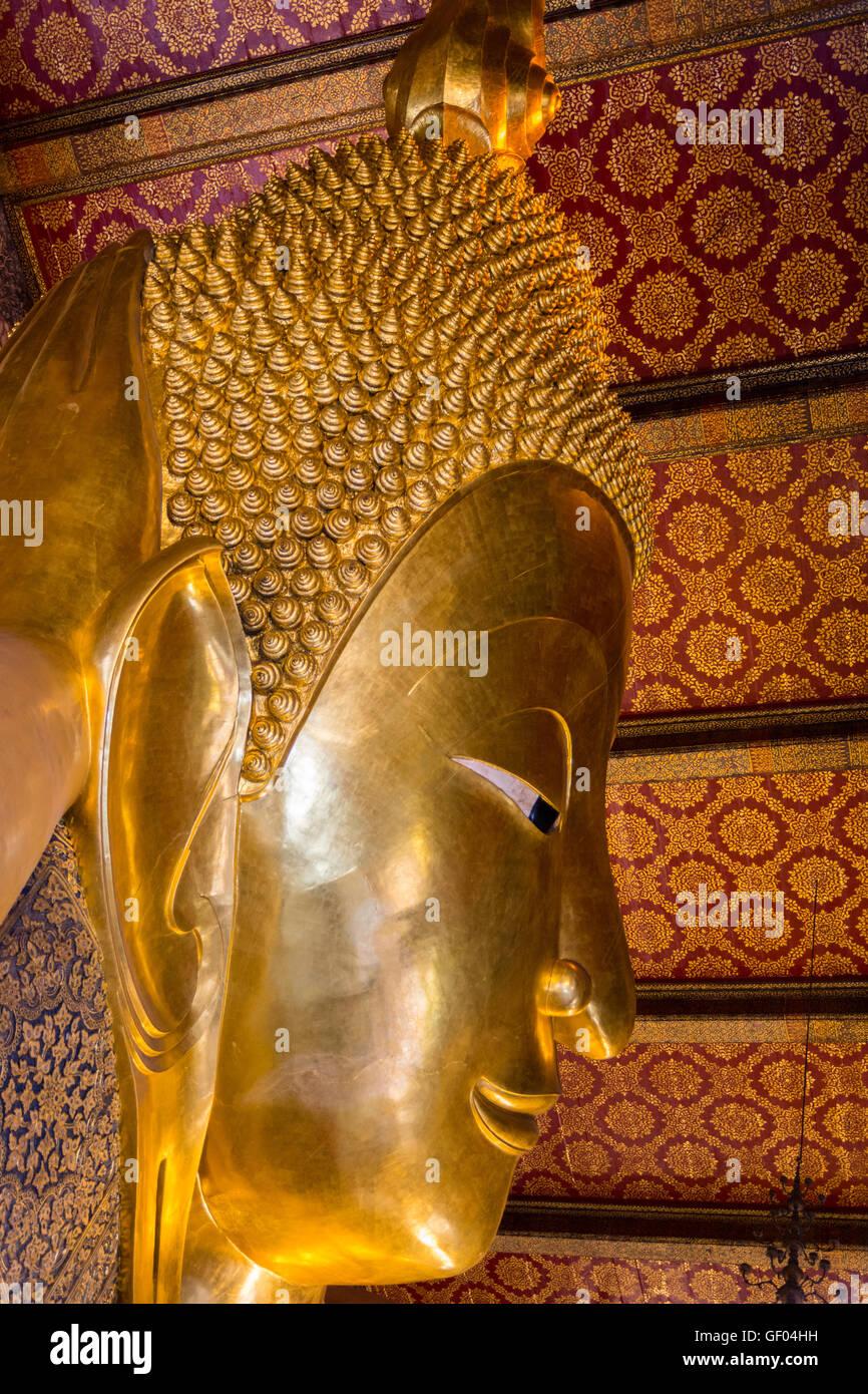 Liegende große goldene Buddha-Statue im Wat Pho, Bangkok, Thailand Stockbild