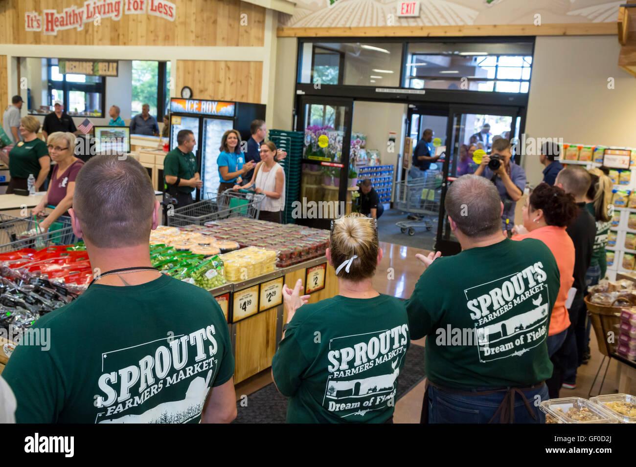 Las Vegas, Nevada - Mitarbeiter begrüßen die Kunden bei der Eröffnung eines neuen Sprossen Farmers Market. Stockfoto