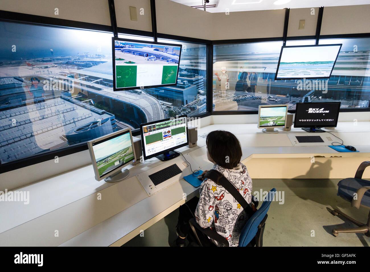 Japan, Kansai Airport, KIX. Sky Museum, Innenraum. Kaukasier Kind, 14 Jahre alter Junge, am Flugverkehr Flugregler Stockbild