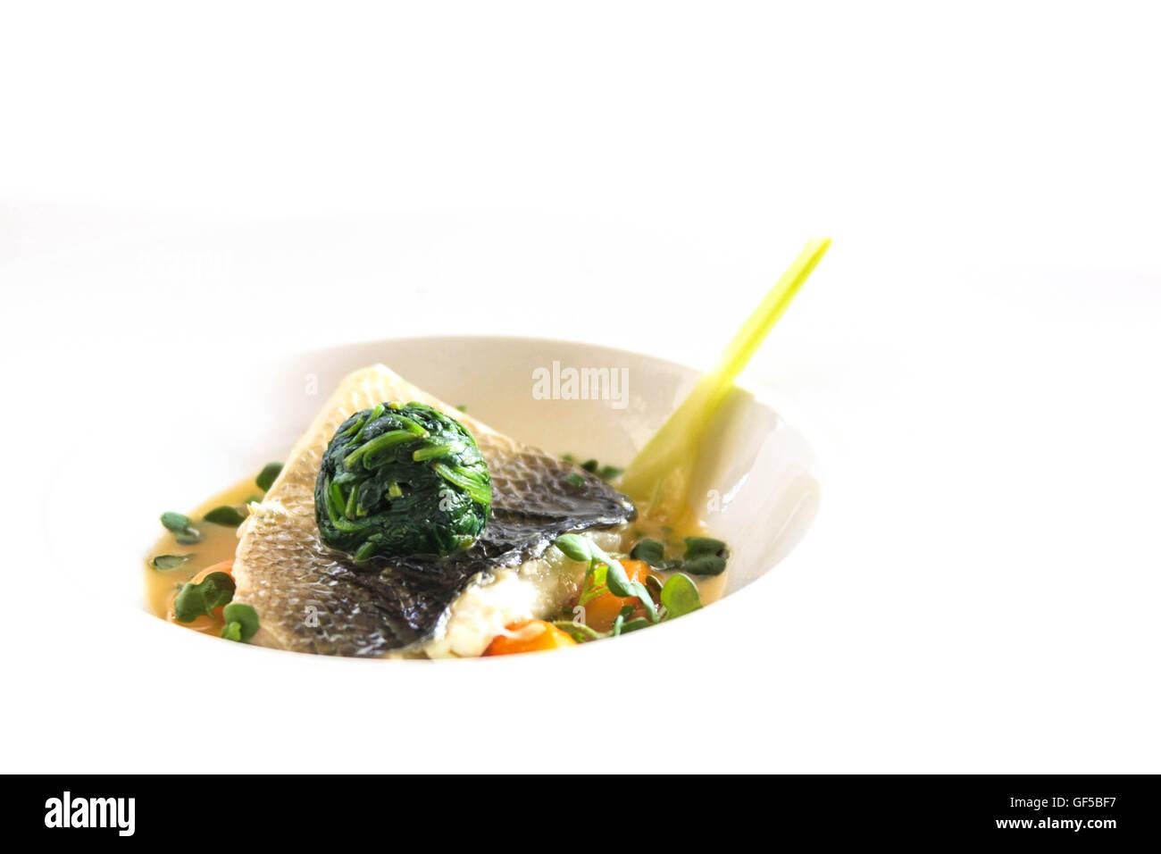 Wolfsbarsch mit Spinat Stockbild