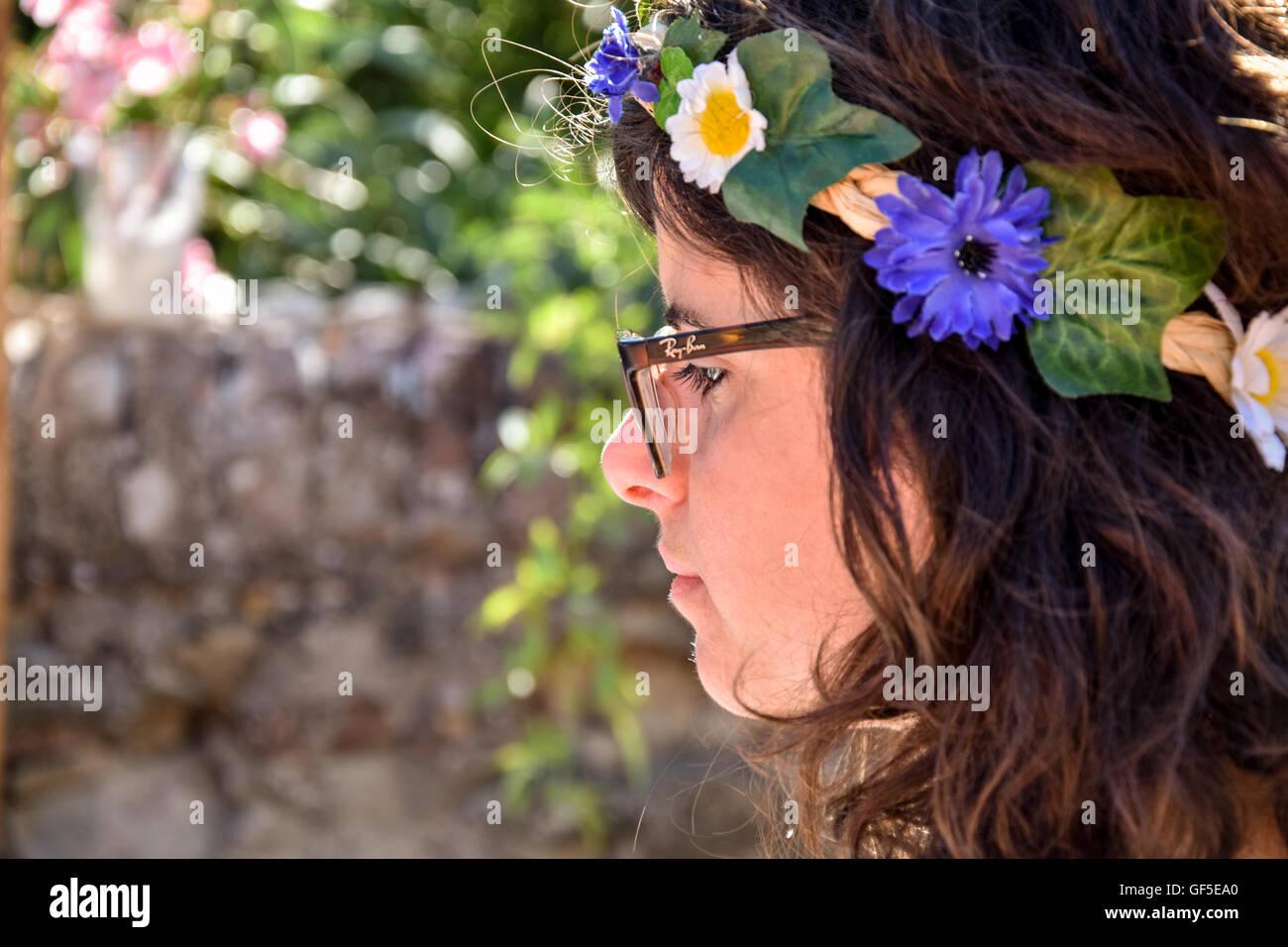 Mädchen mit einem Kranz von Blumen Stockbild