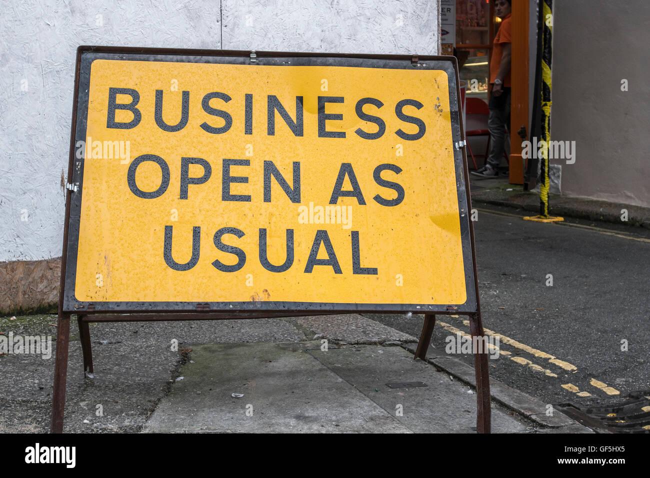 """Street Sign - als Metapher für die in letzter Zeit oft erwähnten post-Brexit Phrase """"Großbritannien ist offen für Stockfoto"""