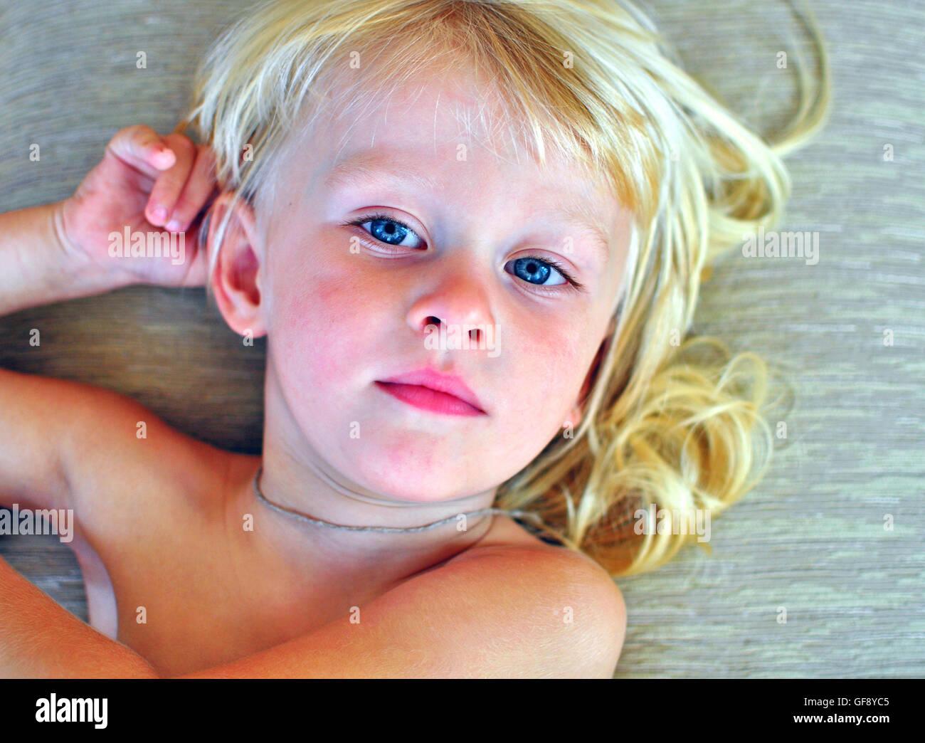 Porträt Eines Kleinen Jungen Mit Langen Blonden Haaren Stockfoto