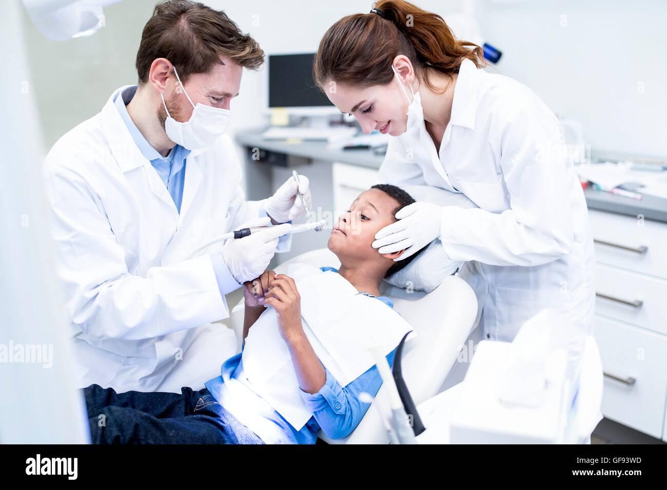 -MODELL VERÖFFENTLICHT. Angst, junge Zahnbohrer in der Hand des Zahnarztes zu betrachten. Stockbild