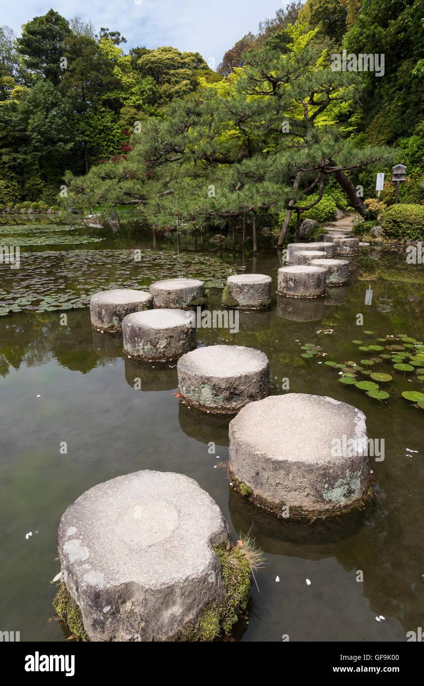 trittsteine im teich im garten des heian jingu schrein, kyoto, japan