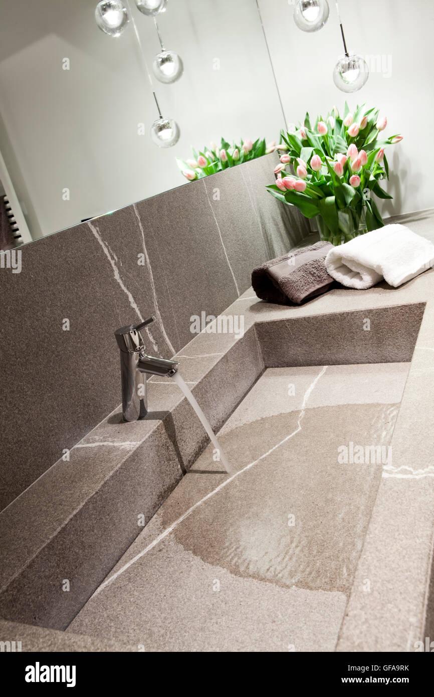 Grauen Stein Waschbecken Im Modernen Design Badezimmer Stockfoto