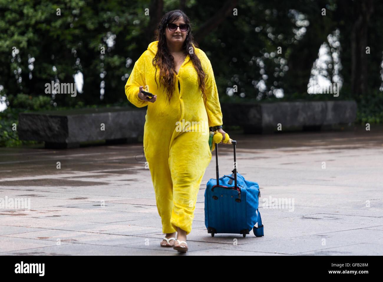 Aaleeya Ein Team Instinkt Freiwilligen Trgt Pikachu Kostm An Luggage Tag Einem Feuchten Und Heien Die Leute Sich Gergert Aufgeregt Ber