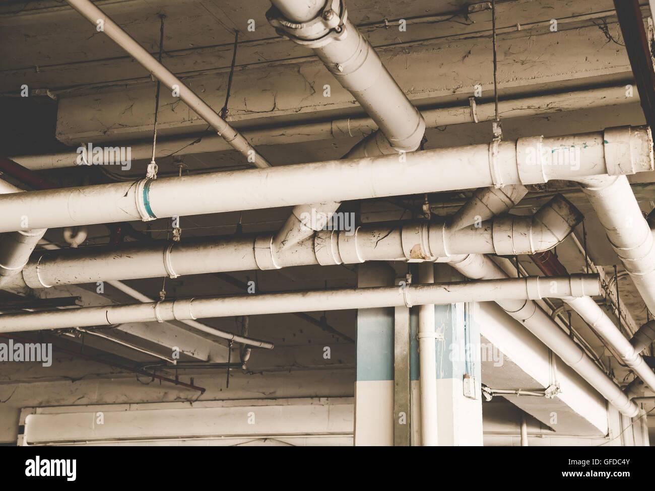Wasser und elektrischer Draht-Rohr-System zu installieren mit der ...