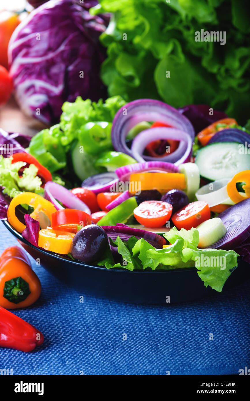 Frühlingssalat mit viel Gemüse und voller Farben. Stockbild