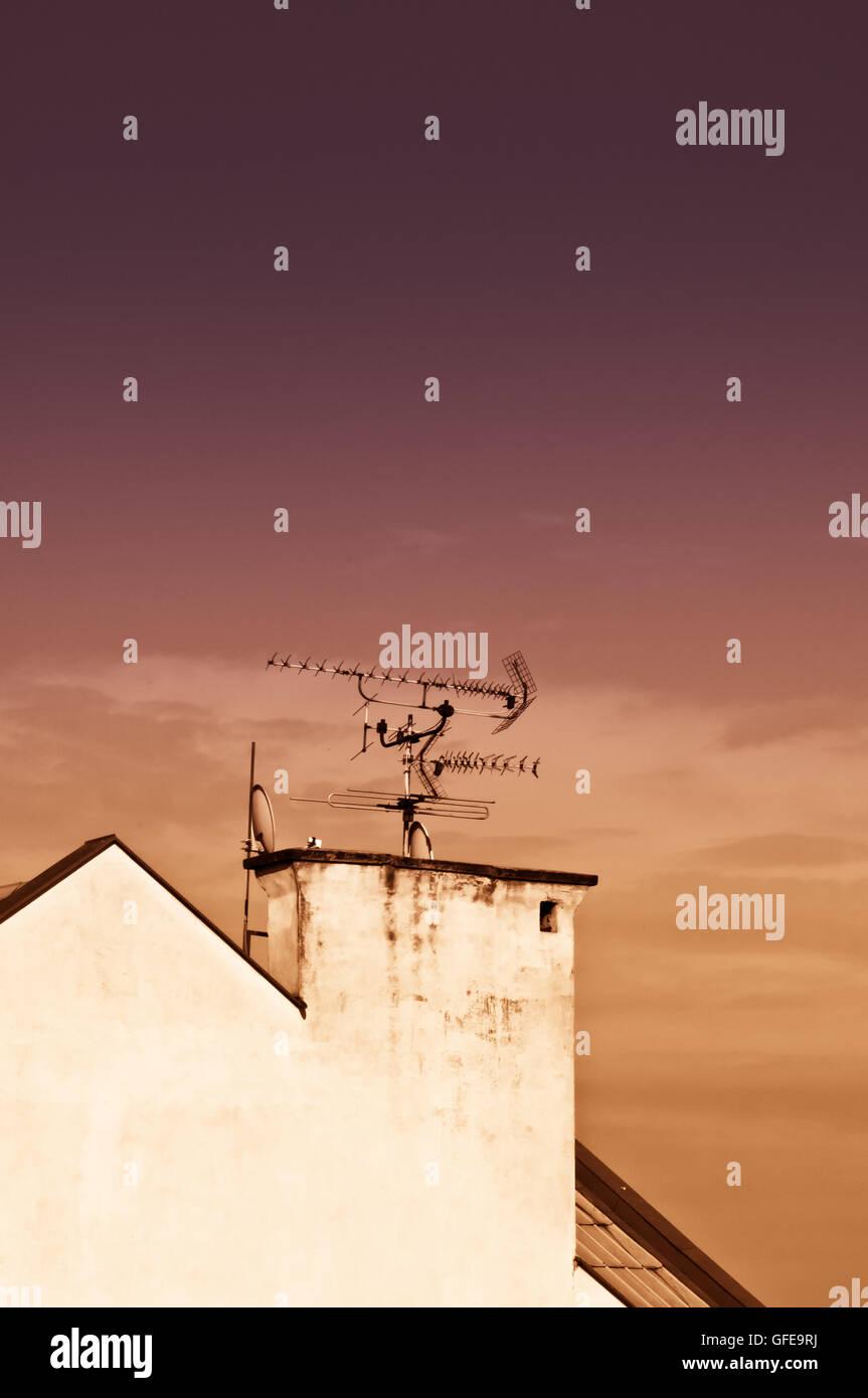 Dach eines Hauses mit Antennen Stockbild