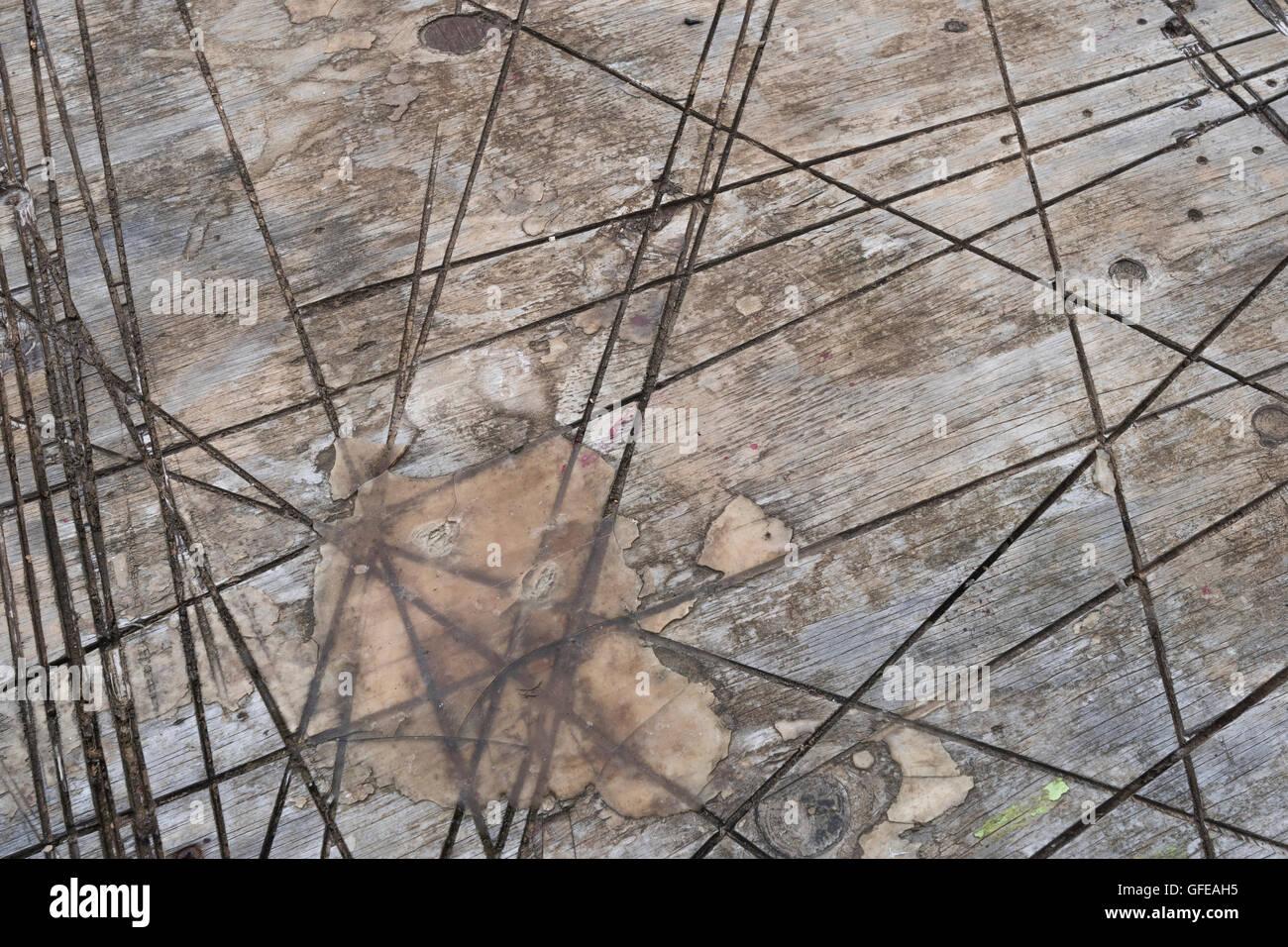 Tiefe Schnitte im Arbeitstisch. Metapher Grafschaft Linien, Arbeitsplatzabbau, Lohnkürzungen, Konzept Steuer, Zinssätze, Stockfoto