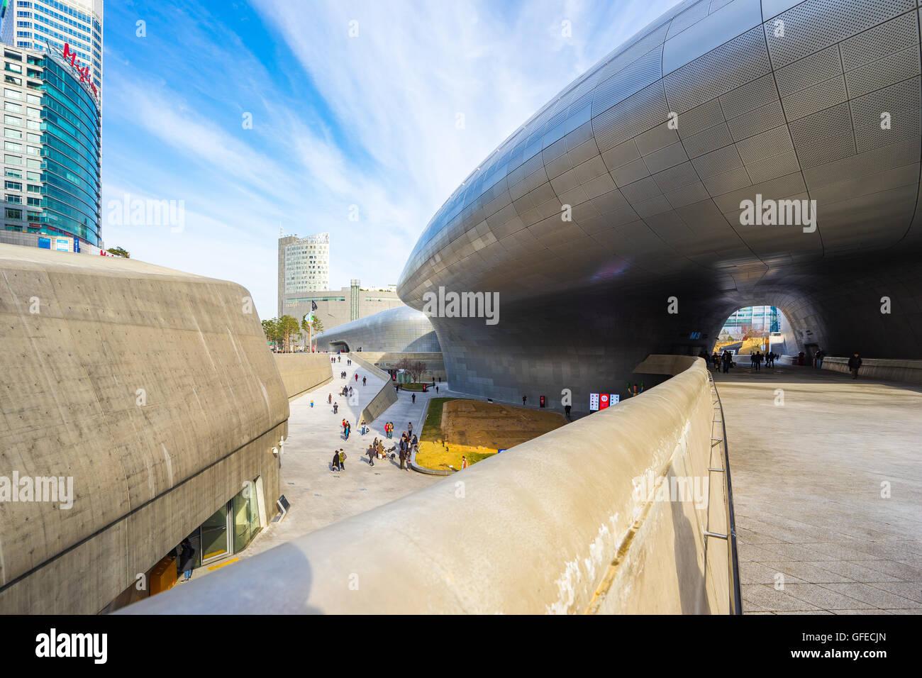 Seoul, Südkorea - 6. Dezember 2015: der Dongdaemun Design Plaza, auch genannt die DDP ist eine wichtige städtische Stockbild