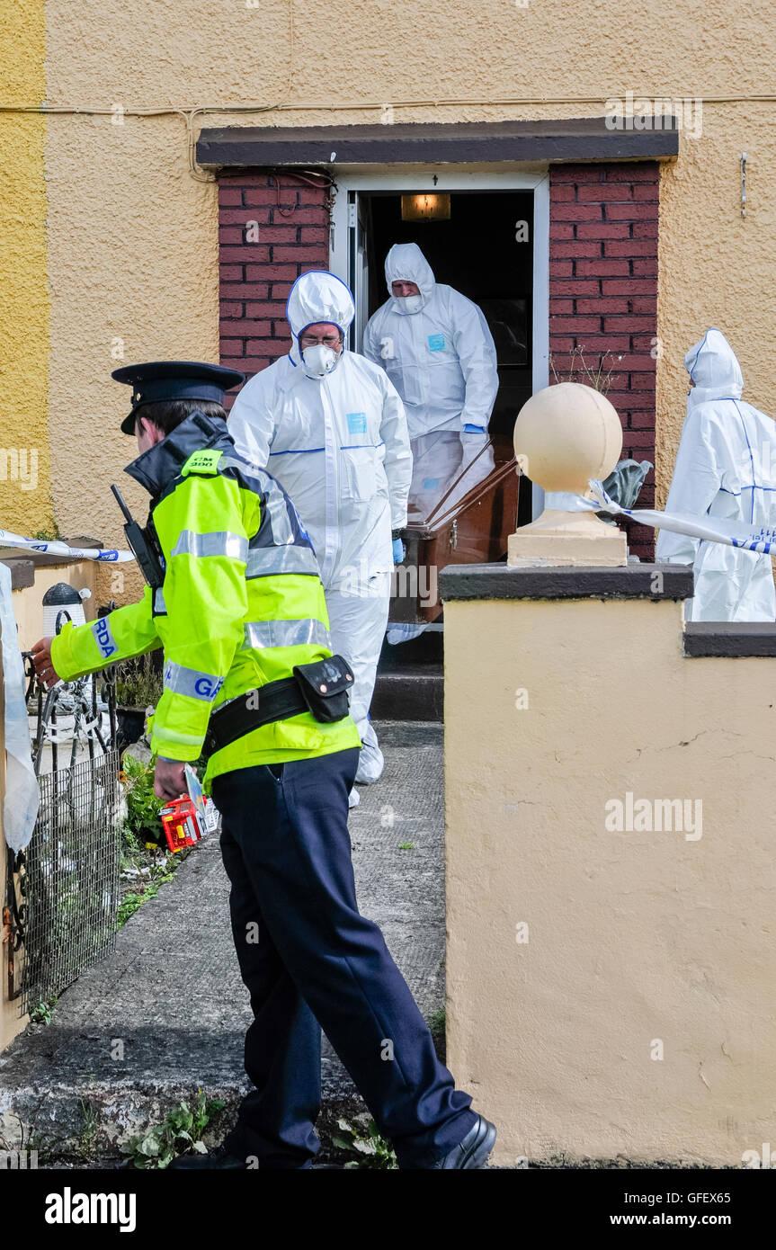 Bailieborough, County Cavan, Irland, 6. September 2013-zwei Forensik Offiziere tragen einen Sarg aus dem Hause der Stockbild