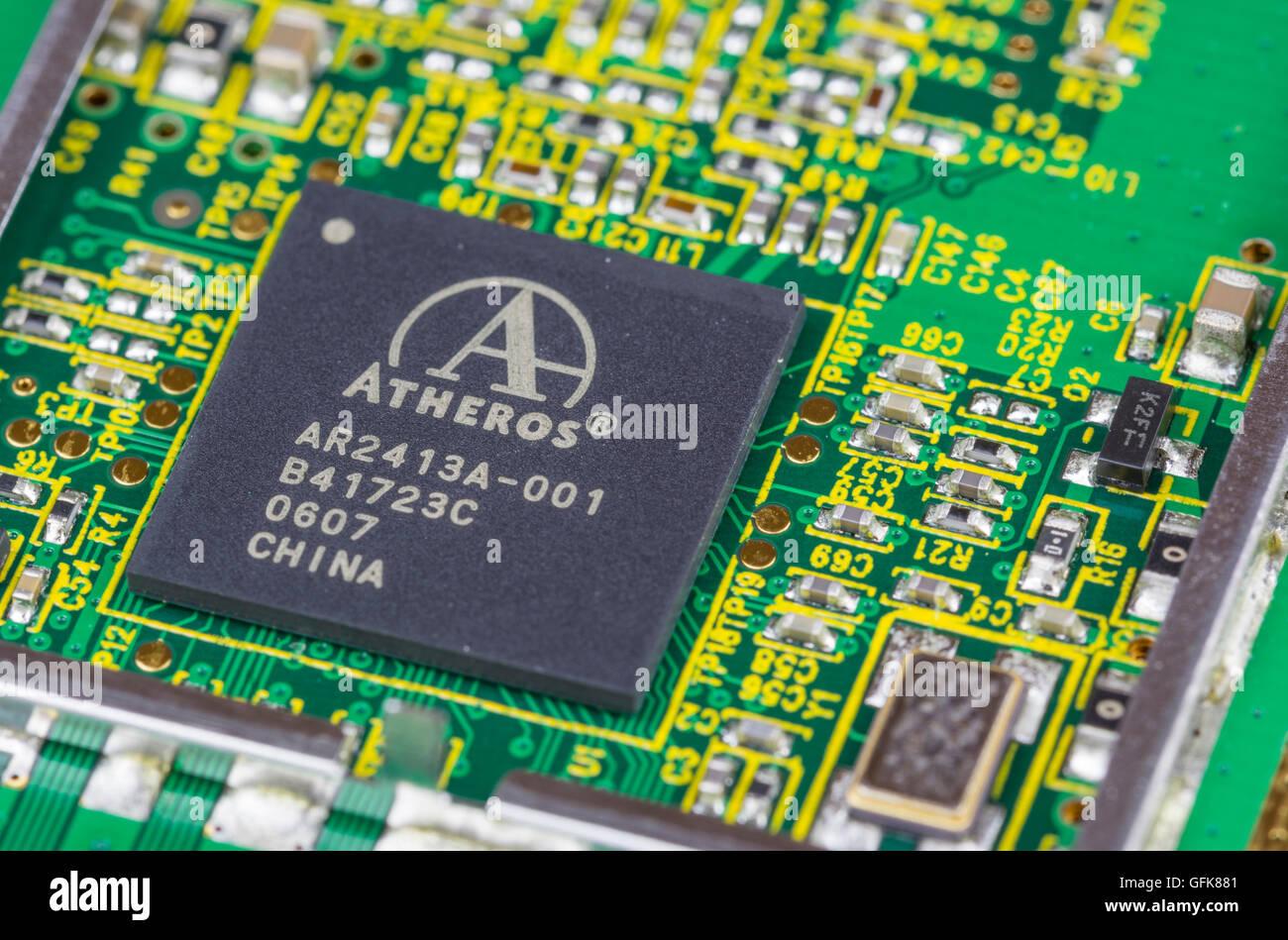 Atheros Mikrochip, der auf einer Leiterplatte. Stockbild