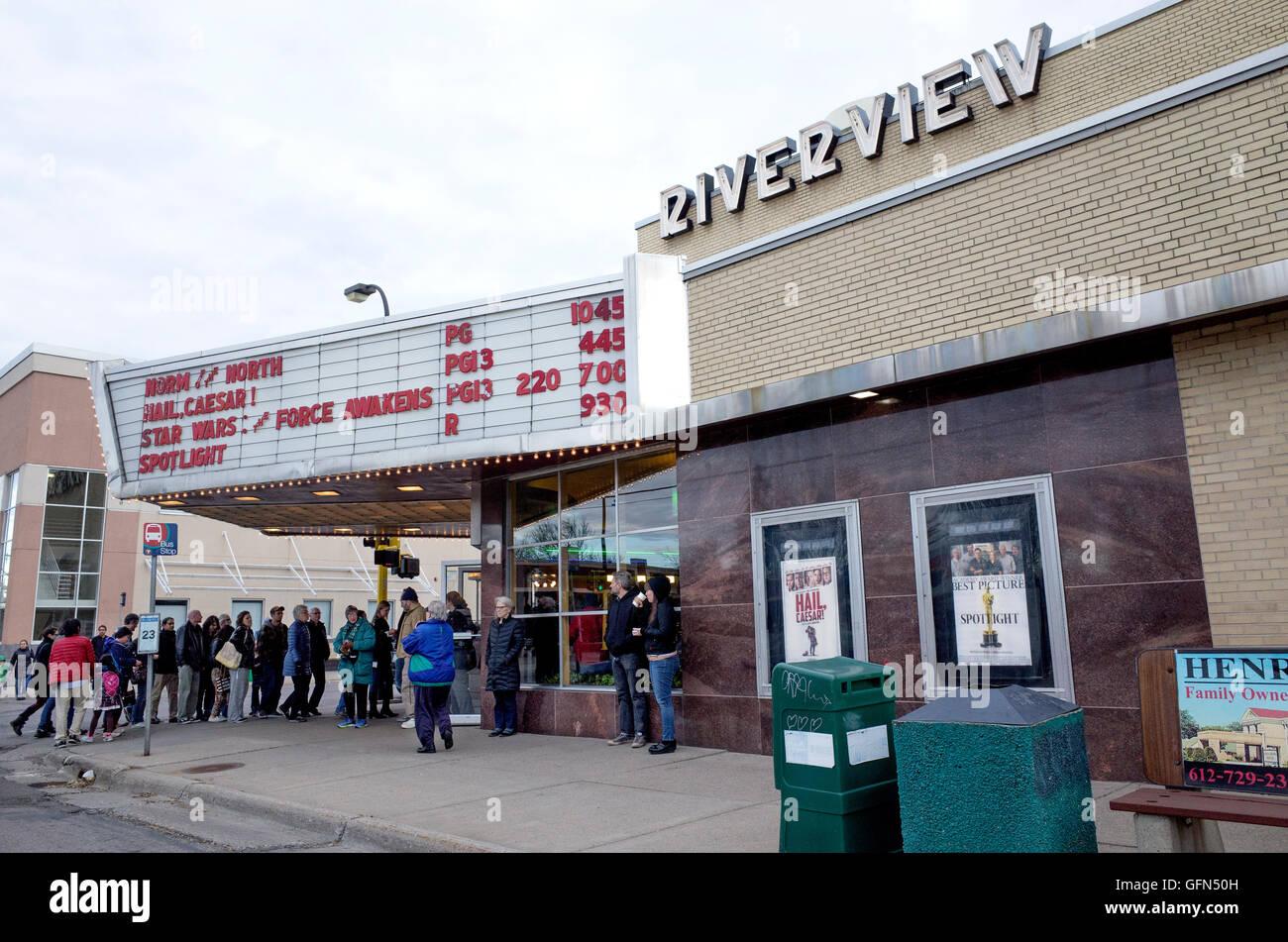 Gönner in der Schlange um die Star Wars-Film im Kino historischen Riverview anzuzeigen. St Paul Minnesota MN Stockbild