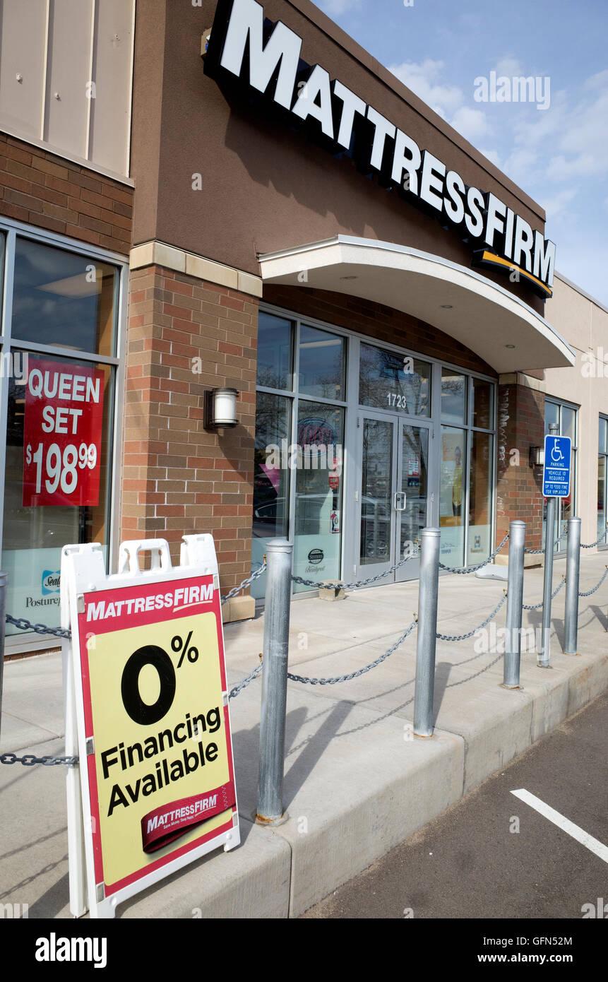MattressFirm Bett und Matratze speichern mit 0 % Finanzierung zur Verfügung abmelden Seite Shop. Roseville Stockbild