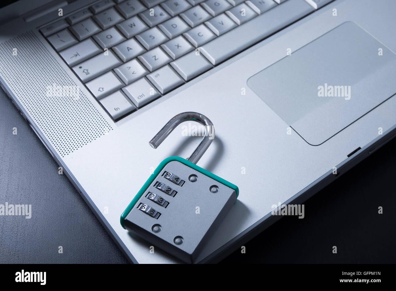 Vorhängeschloss auf Laptop Sinn Schutz gegen Hacker und Viren Stockbild