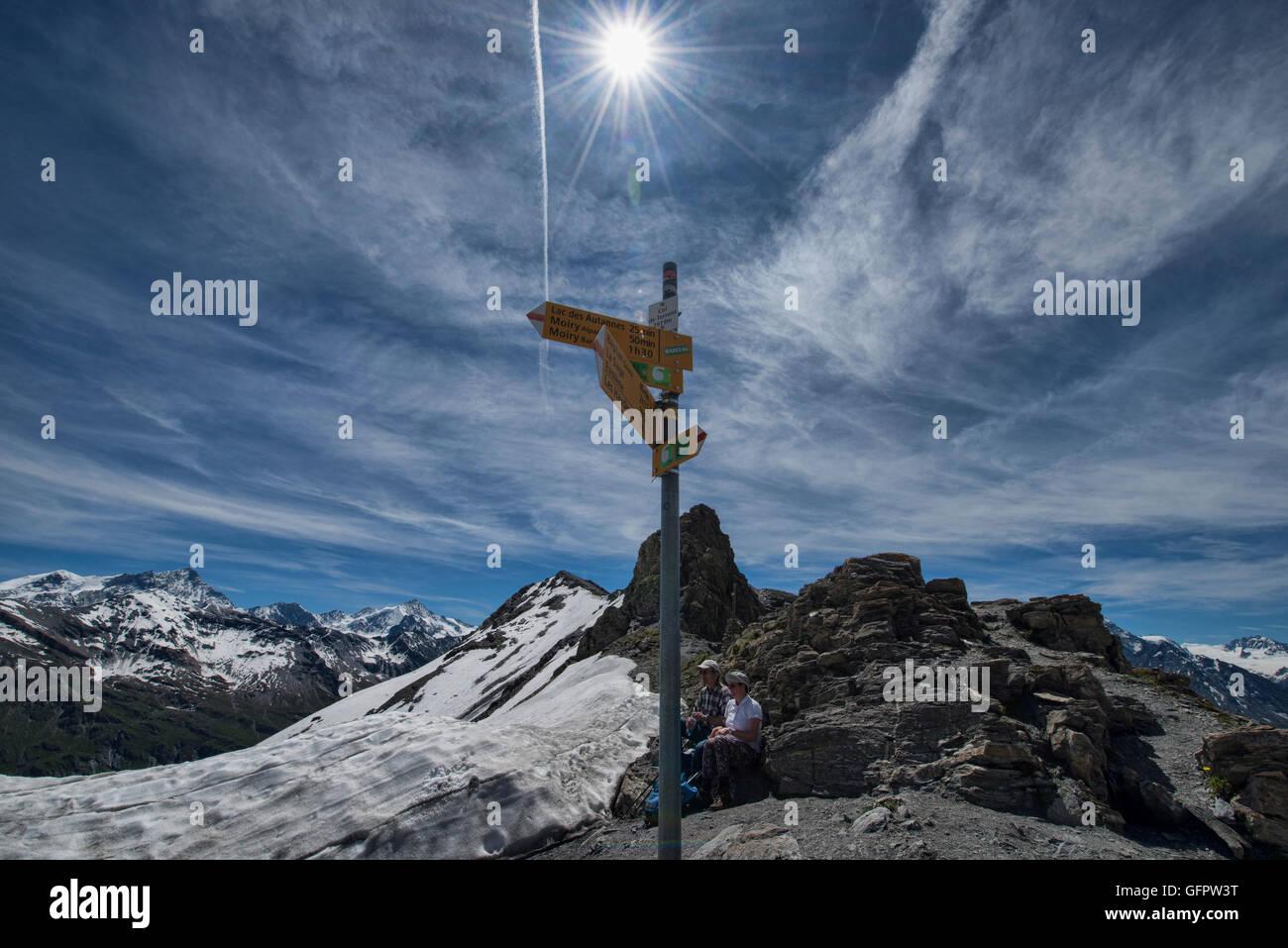 Haute Route Wanderer auf dem Gipfel Col de Torrent, Val d'Hérens, Schweiz Stockbild