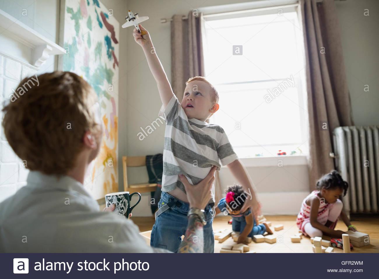 Vater beobachtete Sohn Spielzeugflugzeug fliegen Stockbild