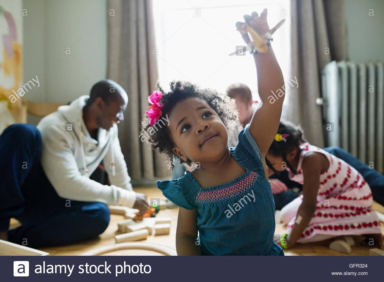 Mädchen fliegen Spielzeugflugzeug Stockbild