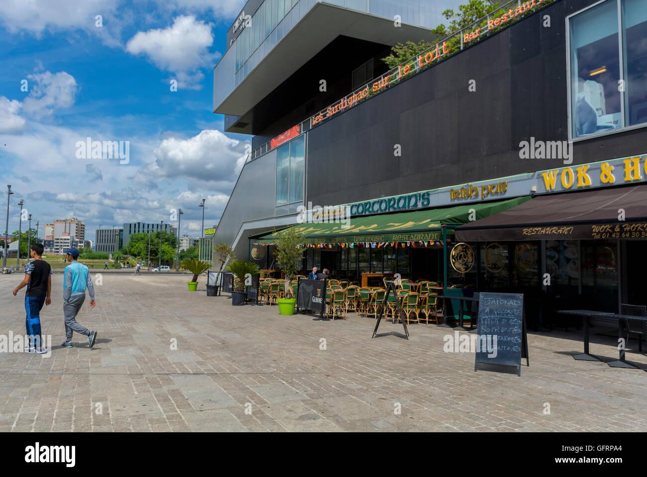 Paris, Frankreich, Vororte, Straßenszenen, Moderne Architektur, Französisches Restaurant, Porte des Lilas, seine Saint Denis, Vorstadtviertel Stockfoto