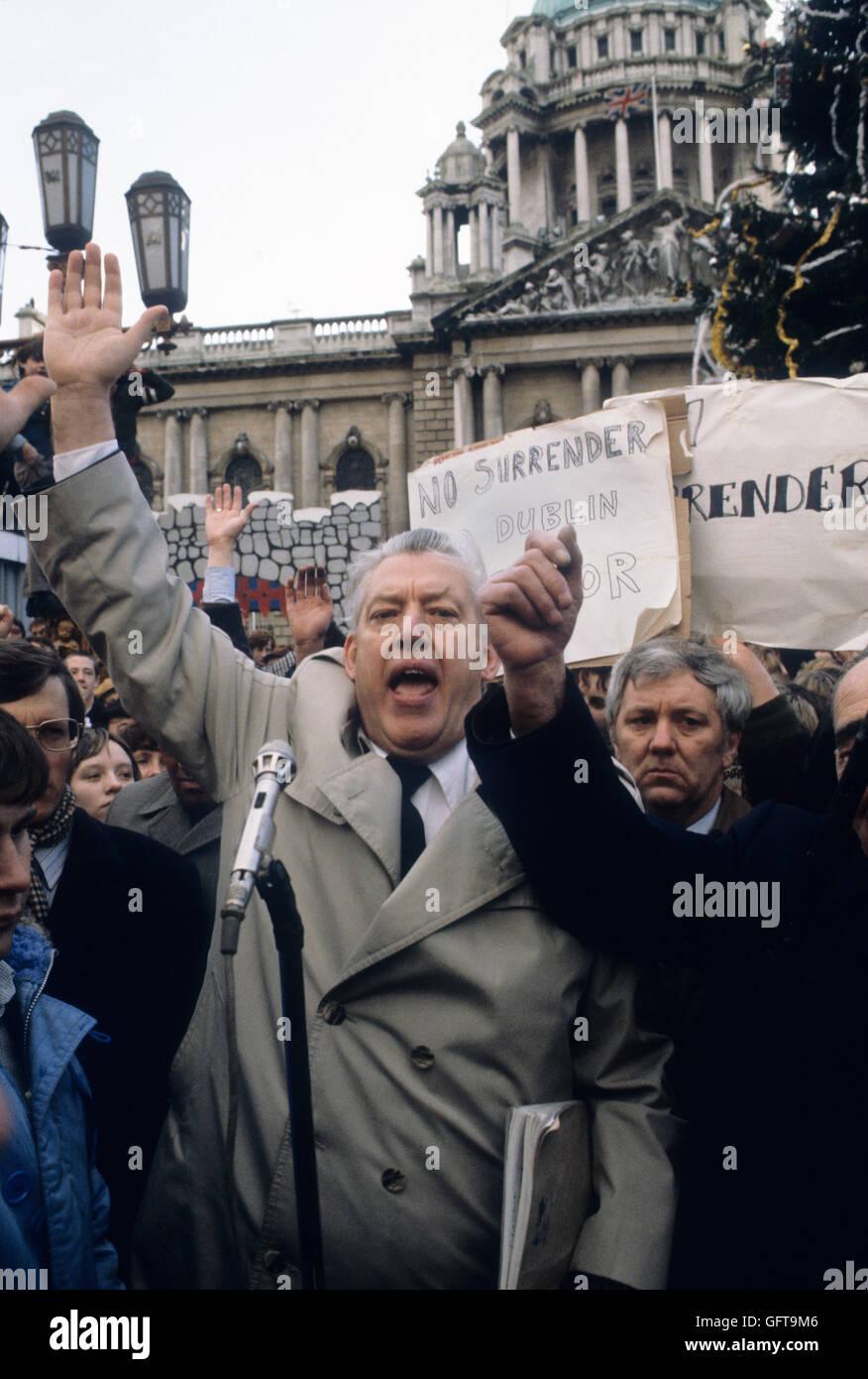 "REV 'Ian Paisley""""Nordirland""Banner""Nicht aufgeben"". 1981 HOMER SYKES Stockbild"