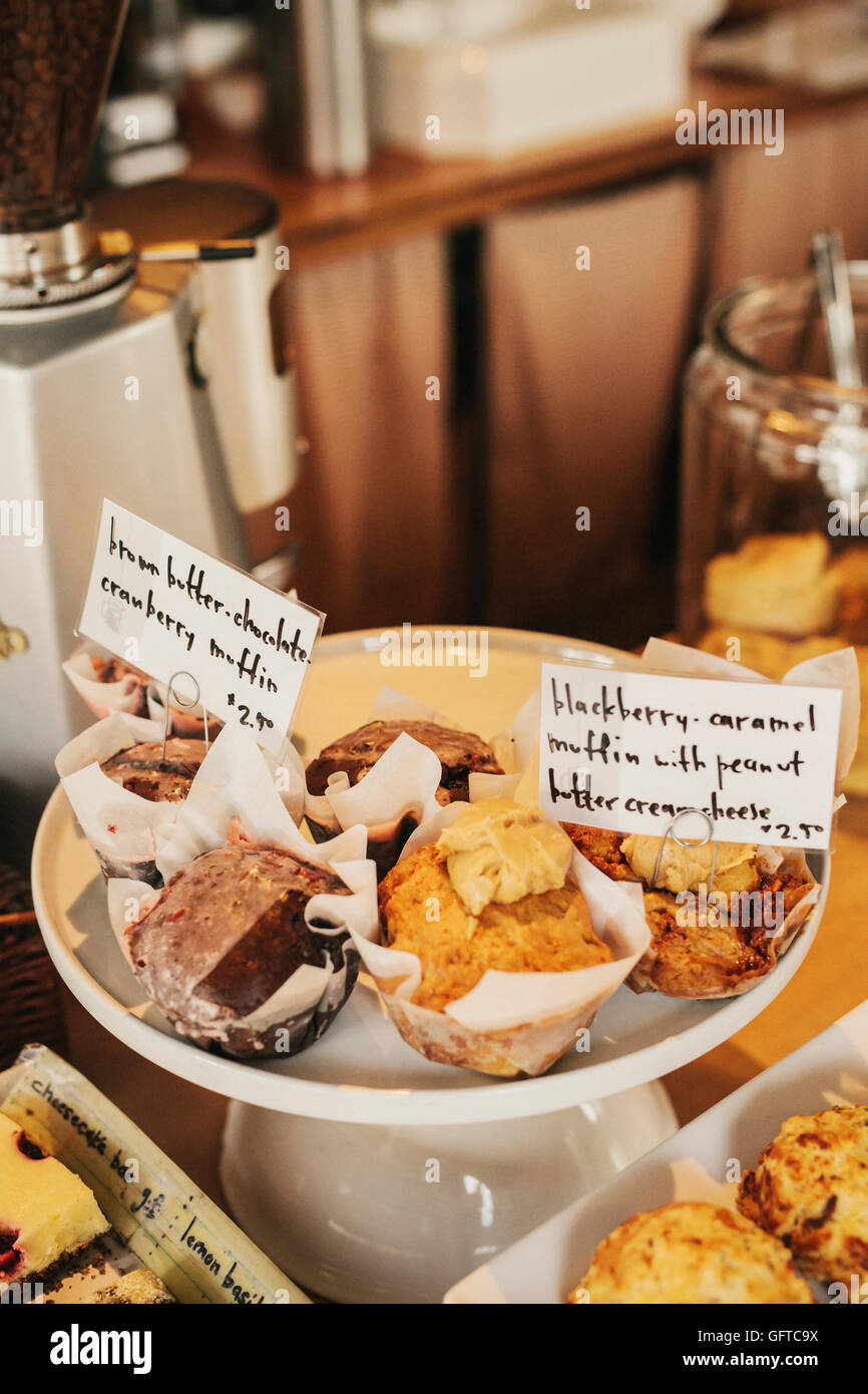 Frisch zubereitetes Essen an der Theke ein kleines Café und restaurant Stockbild
