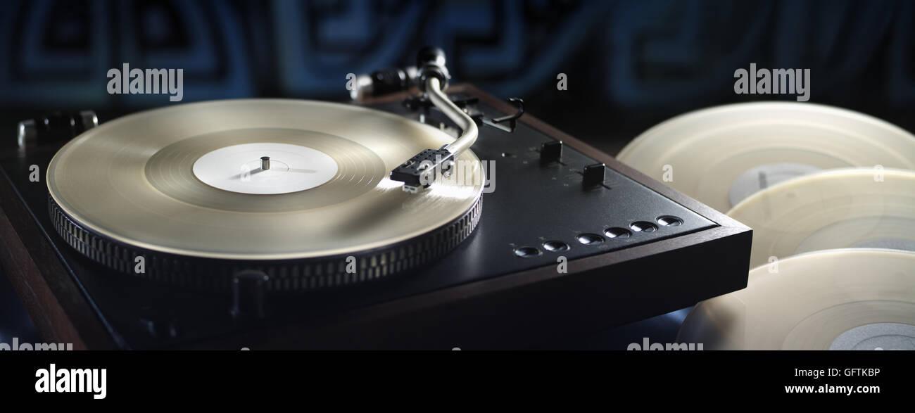 Panoramablick über Vintage Plattenspieler und White Vinyl records Stockfoto