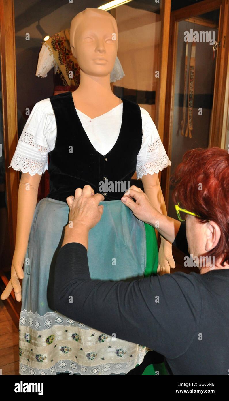 0667dc31149cb6 August 2016. Museum-Mitarbeiter Roswitha Winter Kleider eine  Schaufensterpuppe in einem traditionellen Spreewald-Kostüm in einem  Fachwerkhaus Spreewald im ...