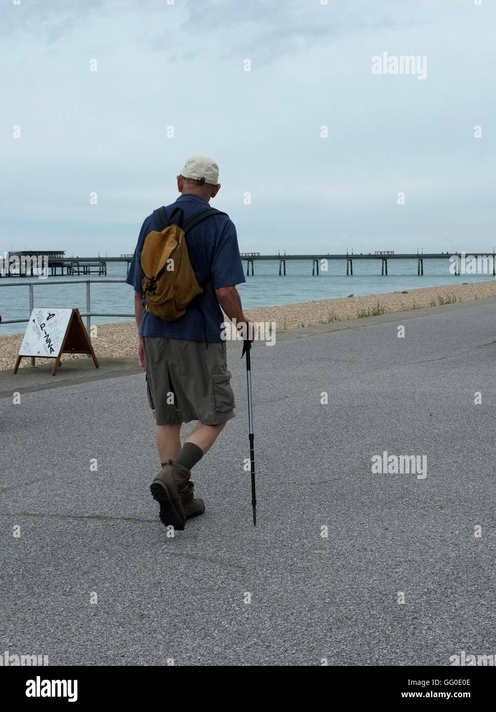 männliche Senioren Rambler zu Fuß in der Küstenstadt Kent uk beschäftigen august 2016 Stockbild