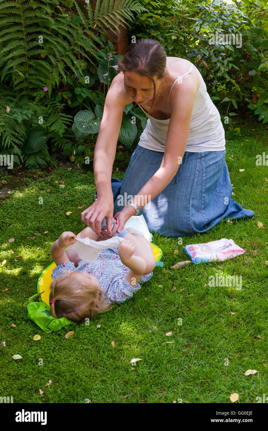 214ec1648865d2 Mutter Mutter Eltern Betreuer Windelwechseln Windeln Baby Kleinkind ändern.  Unter freiem Himmel Garten   außen   außen   Outdoor   outdoor