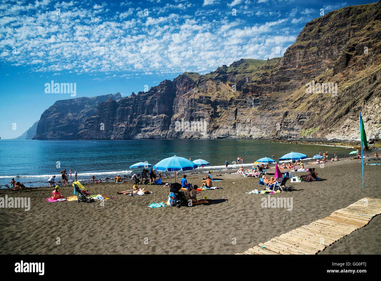 Touristen in Los Gigantes Strand Wahrzeichen in Südspanien Teneriffa Insel Stockbild
