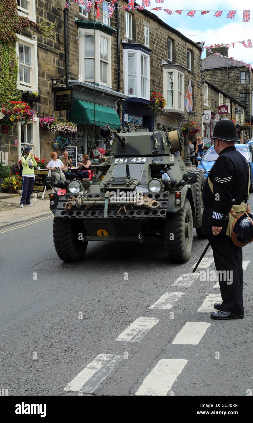 Gepanzerte Autos und Polizisten als Bestandteil der 1940er Jahre Wochenende in High Street, Pateley Bridge, North Yorkshire, England, Vereinigtes Königreich Stockfoto
