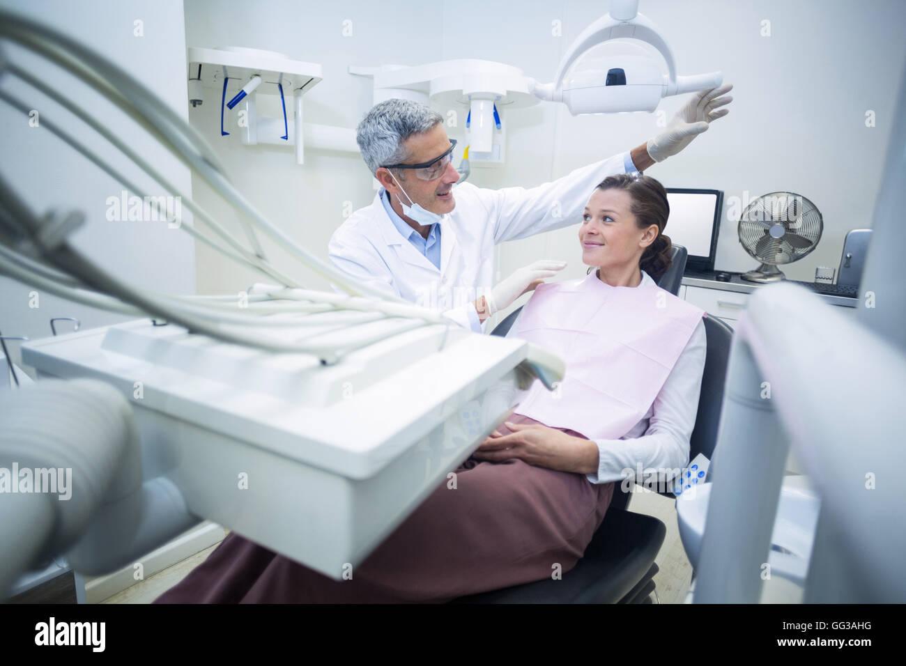 Lächelnde Zahnarzt im Gespräch mit Patienten Stockbild