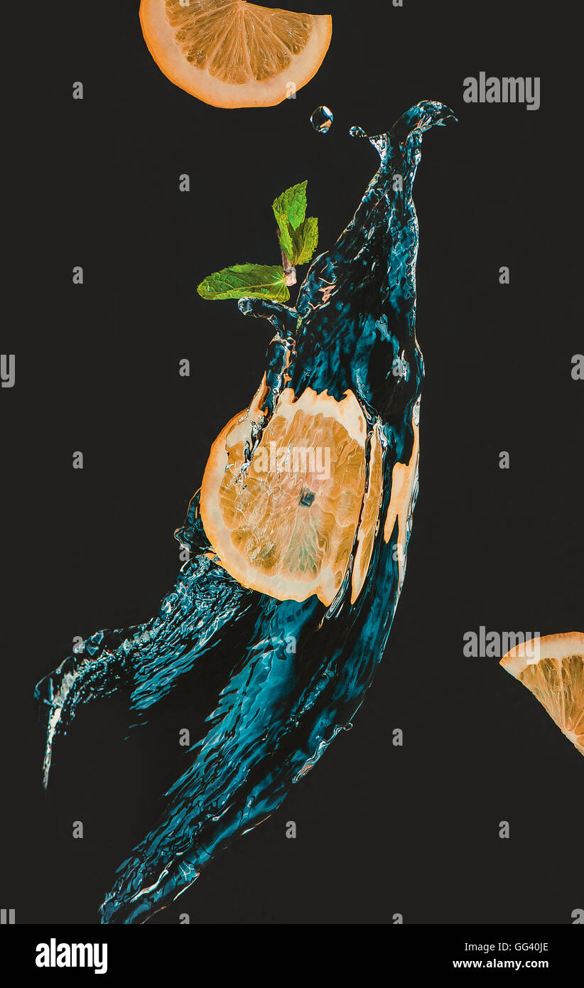 Zitronenscheibe mit einem Spritzer Wasser und Minze Blatt Stockbild