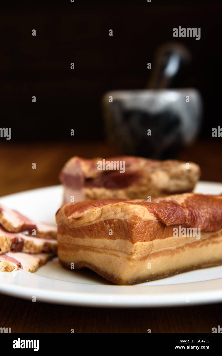Geräucherte Rippchen auf weißen Teller auf hölzernen Hintergrund Stockbild