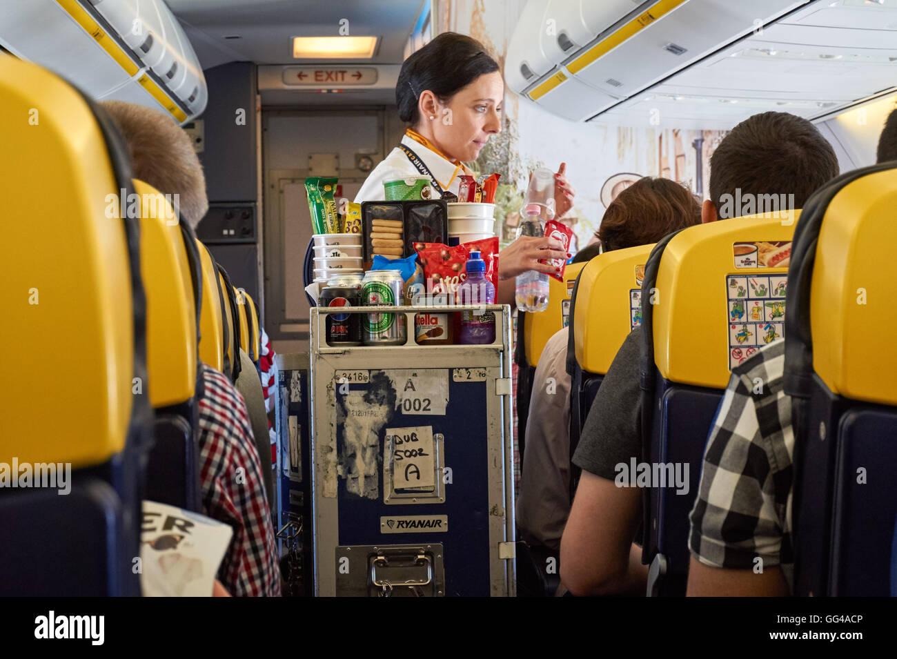 Stewardess mit Getränken auf Ryanair Flug vom Flughafen London ...