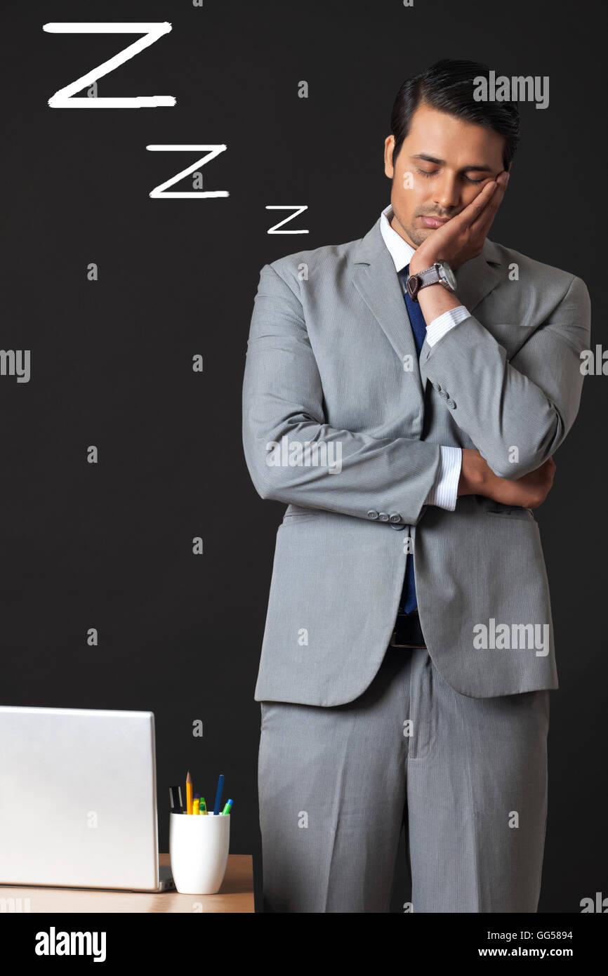 Digital erzeugte Bild jungen Geschäftsmann schlafen im Büro Stockbild