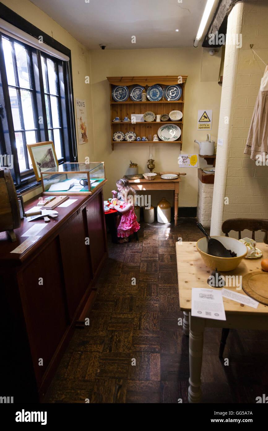 Kind spielt in der zeitgenössischen Stil Küche im The Tudor House ...