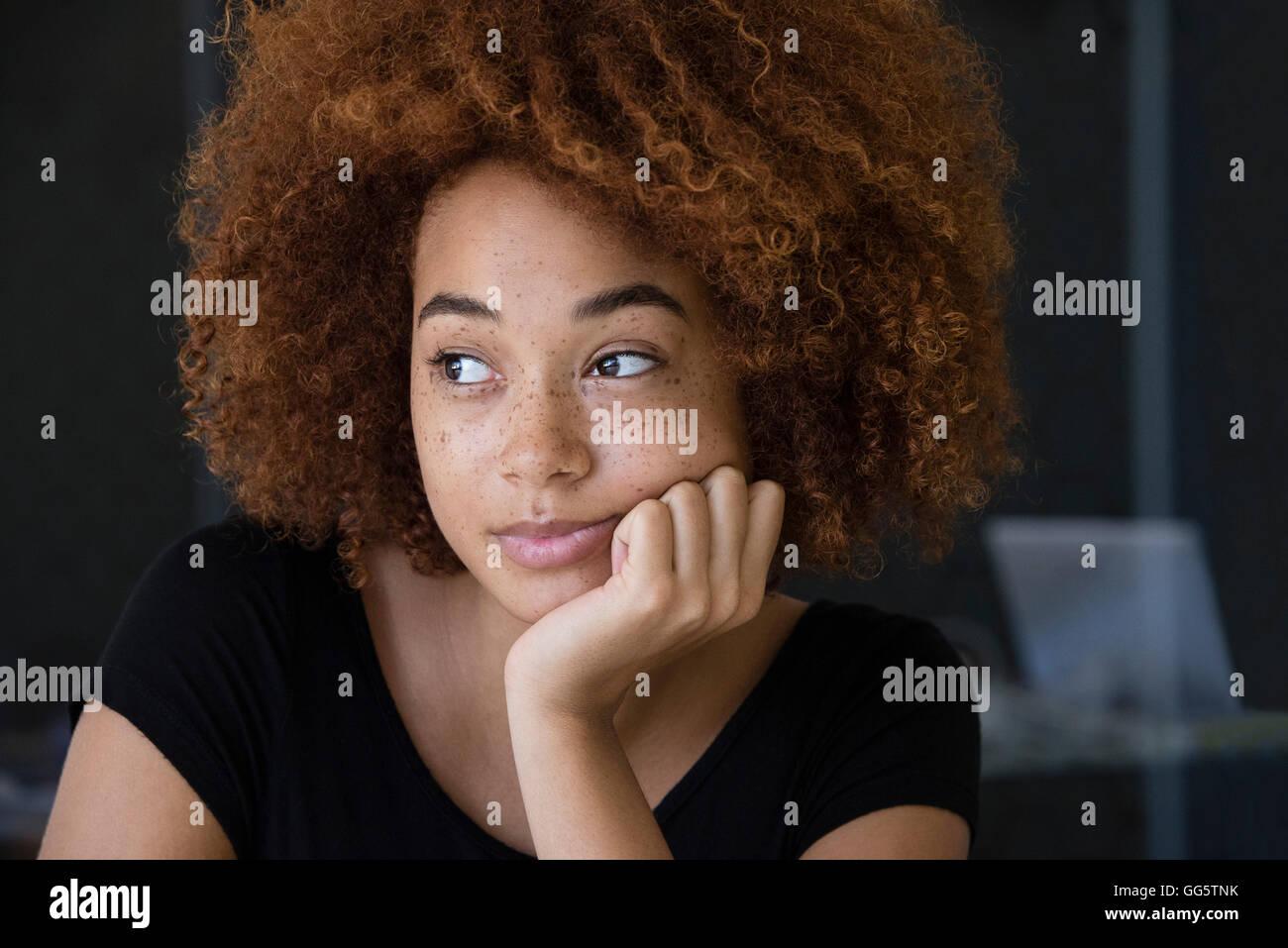 Nahaufnahme einer jungen Frau denken Stockbild